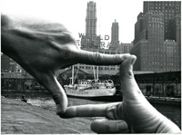 John Baldessari, Hands Framing New York Harbor, z serii: Projects: Pier 18, 1971, fot. Shunk-Kender.